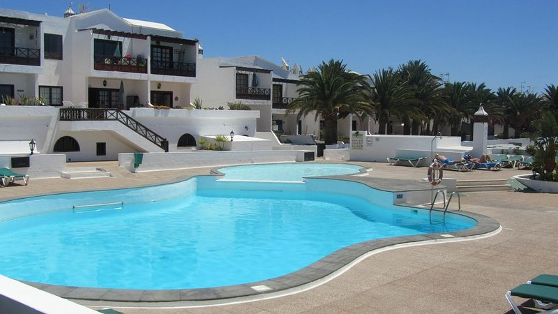 Central Apartment with Community Pool and Established Gardens, Wi-Fi & UK TV, vacation rental in Tias
