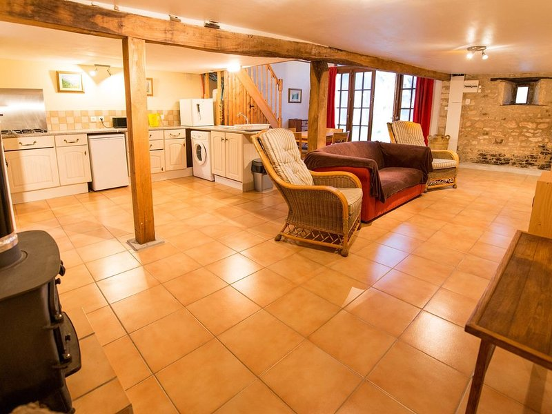 Renovated barn with private swimming pool on a family run farm in the Charente., vacation rental in Limalonges