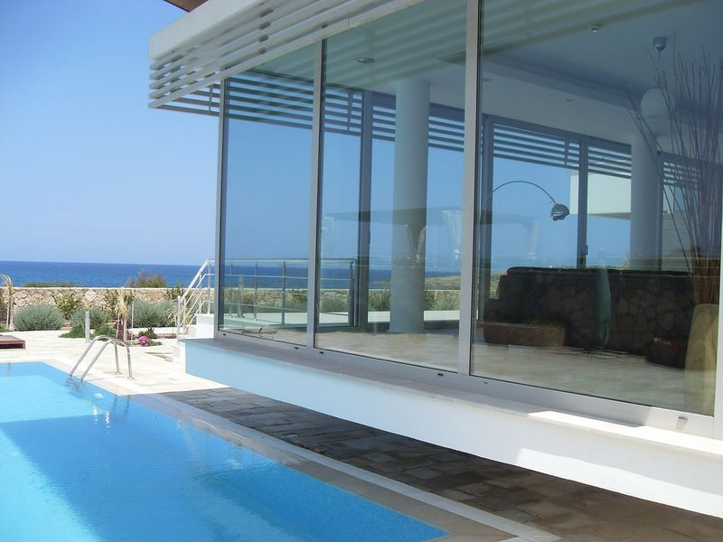 Stunning New Hi Spec Glass Fronted Villa Zero to the Sea, vacation rental in Catalkoy