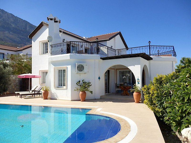 Luxury villa and private pool with spectacular mountain background and sea views, alquiler de vacaciones en Lapta