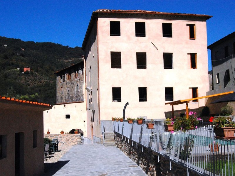 Palazzo Ulqini. Riverside Villa Bagni Di Lucca., Ferienwohnung in Lugliano