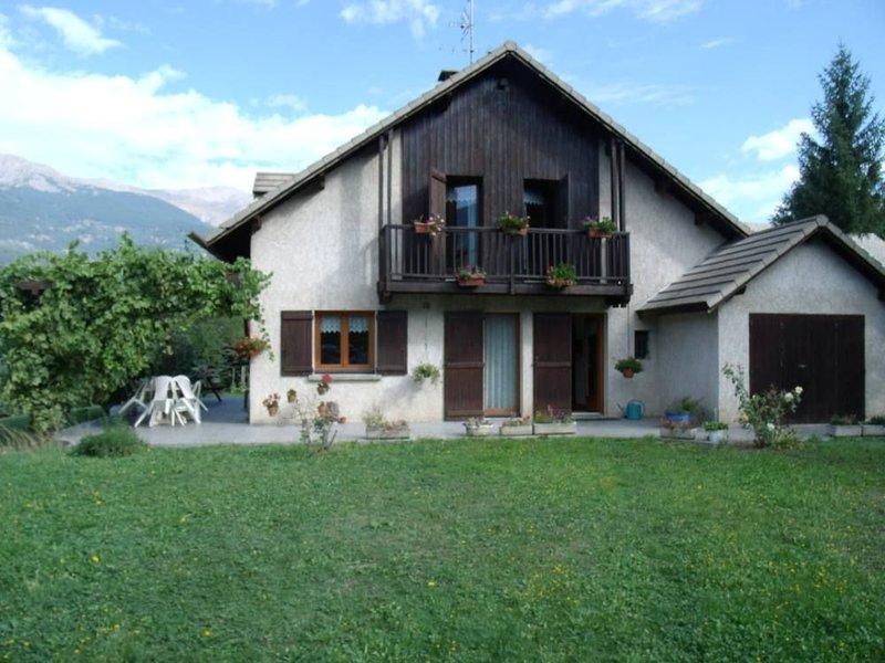 Maison -chalet avec jardin plat, sans vis à vis, près du lac de Serre ponçon, holiday rental in Puy-Sanieres