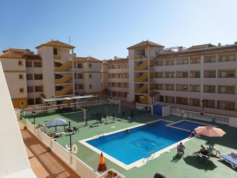 2nd Floor Apartment with Balcony, Free Fast WiFi, Smart TV.  Communal Pool, holiday rental in Mar de Cristal
