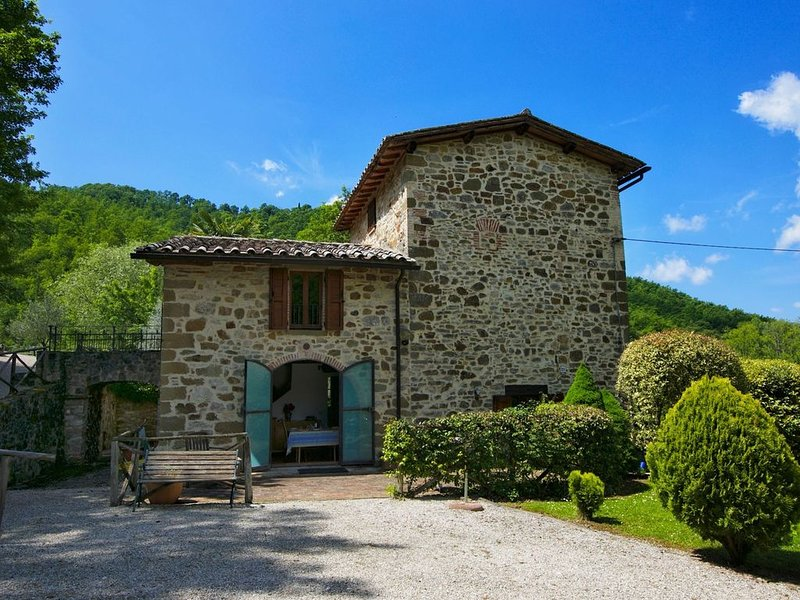 Holiday house with pool, large garden, overlooking lake, near Tuscany, vacation rental in Lisciano Niccone