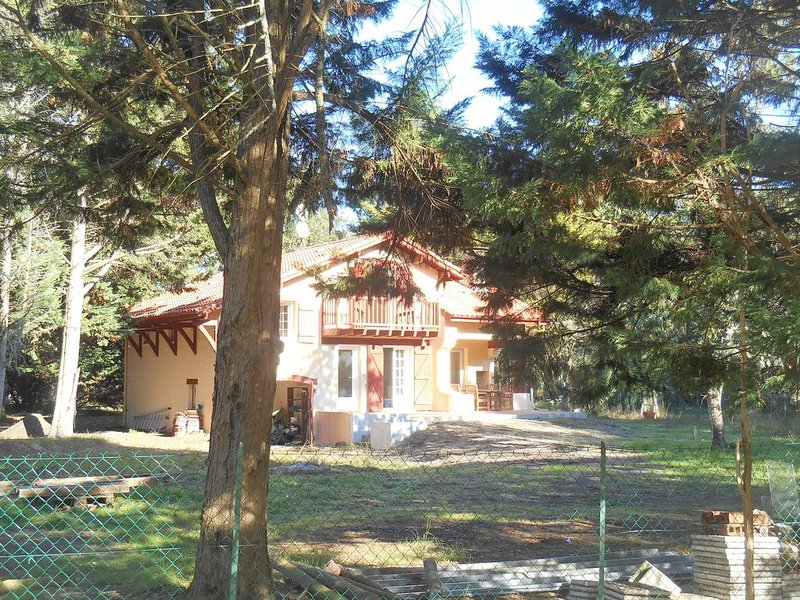 Maison entièrement refaite, dans la forêt et proche des plages, classée ***, casa vacanza a Lesperon