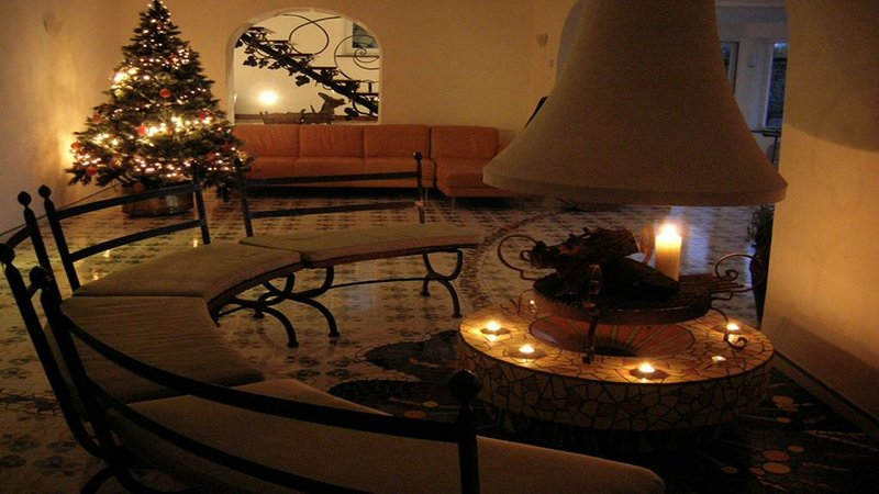 Xmas eve special at villa carlotta living area with fireplace holidaysup family