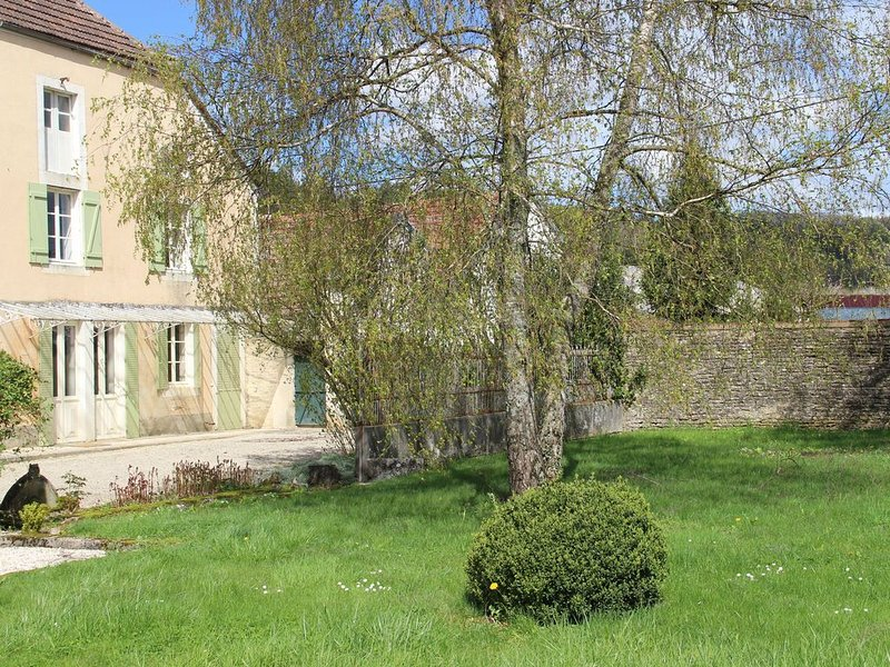 Beautiful country house with enclosed garden in green surroundings in Burgundy., vacation rental in Coulmier-le-Sec