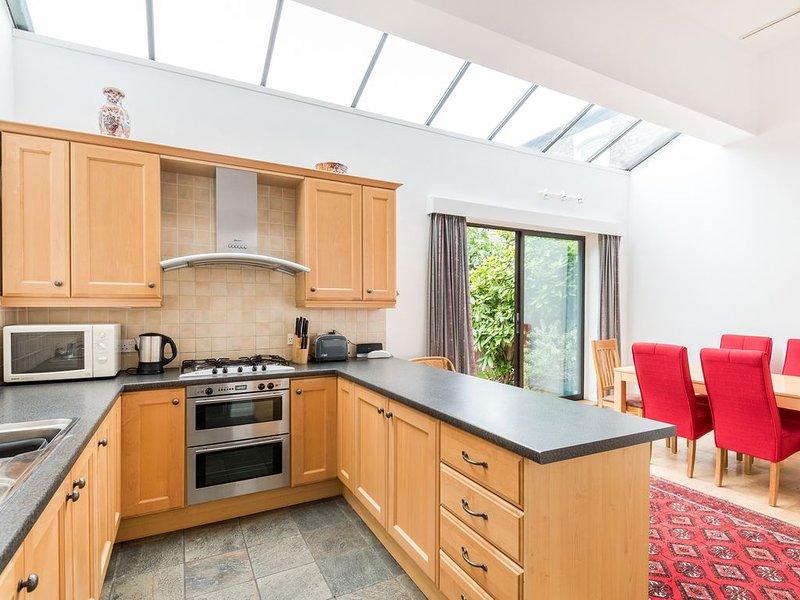 Bright 4 Bedroom House in Prime West Hampstead with Garden and Garage, aluguéis de temporada em Willesden