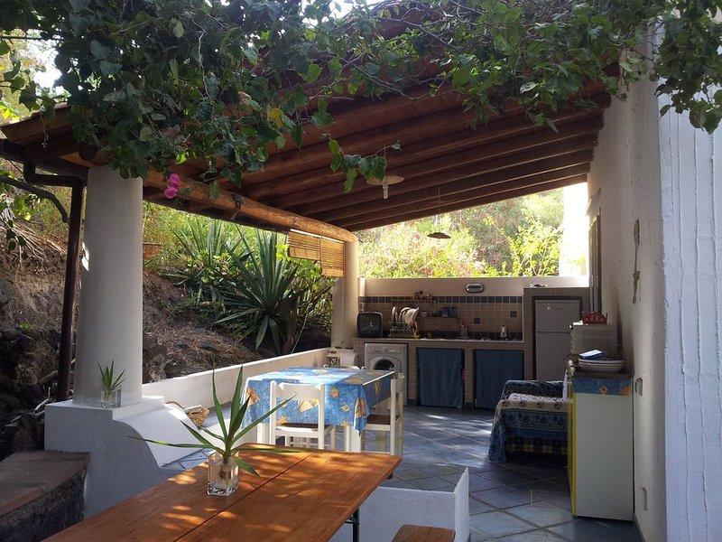 Casa con giardino a pochi metri dal mare, 4 posti letto, Residence Vulcano Blu. – semesterbostad i Vulcanello