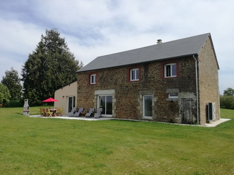 Newly renovated spacious Normandy barn, location de vacances à Barenton