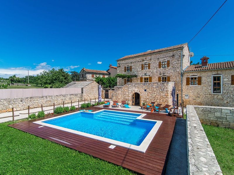 Beautiful villa consisting of two houses with private pool in the heart of Istri, vacation rental in Zminj