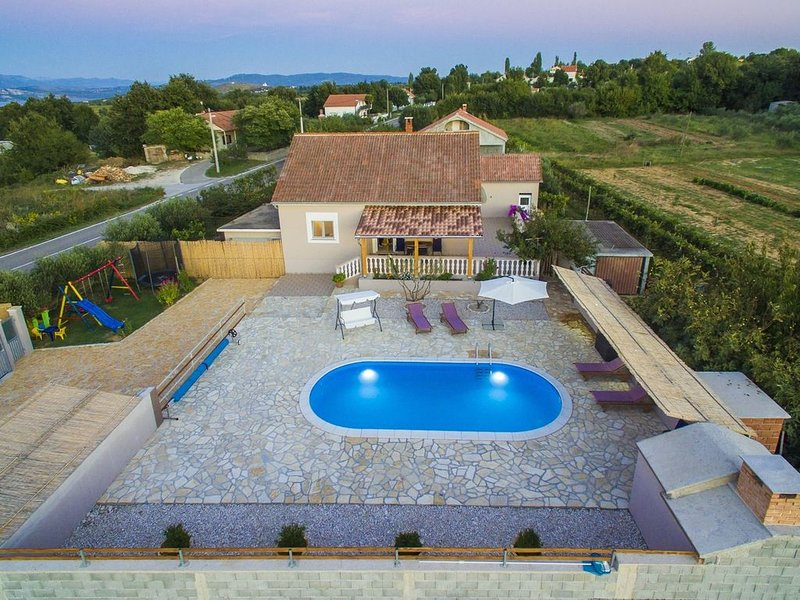 Charming holiday home with private pool,big roofed terrace, children's play area, vacation rental in Posedarje