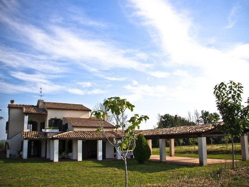 casale immerso nella verde campagna abruzzese con campo da tennis, holiday rental in Ari
