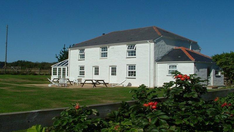 Large garden, walking distance of beach, sleeps 6/9, en-suite, very peaceful, vacation rental in Portscatho