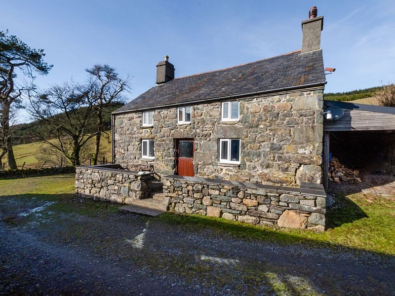 In a secluded location on a 700-acre sheep farm, this very attractive stone cott, vacation rental in Bala