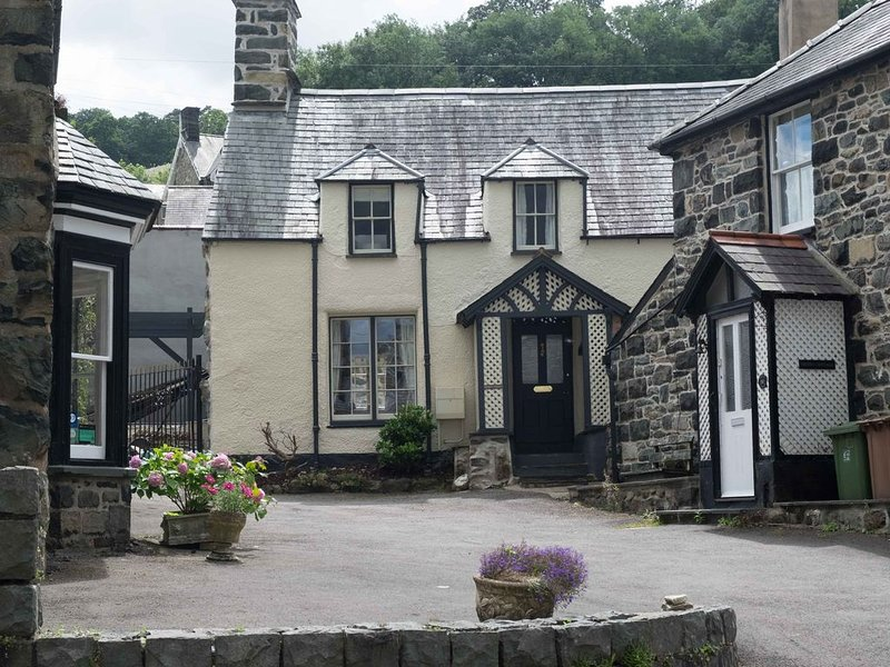 Grade 2 listed 3 bedroomed stone cottage in Dolgellau in Snowdonia National Park, casa vacanza a Ganllwyd
