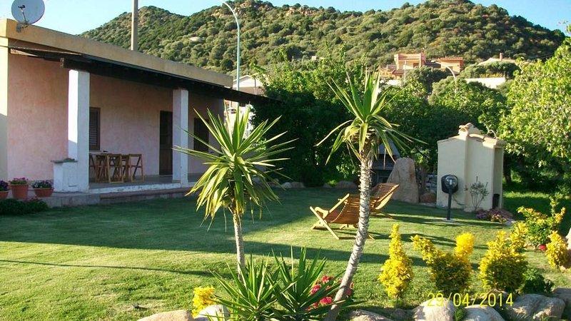 Chia deliziosa e  indipendente villetta al mare, stupendo e ampio giardino wi-fi, casa vacanza a Domus de Maria
