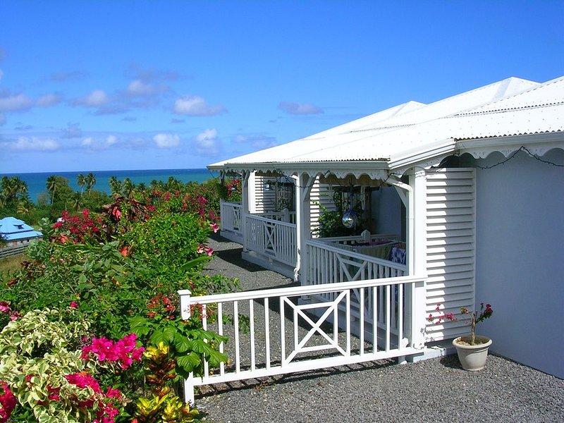 AU GRAND BLEU gites avec piscine et vue panoramique mer et montagne, holiday rental in Bas Vent