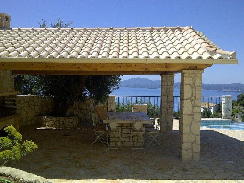 Beautifully Restored Olive Press, Private Pool, Jacuzzi, Stunning Sea Views 5 mi, alquiler de vacaciones en Katavolos