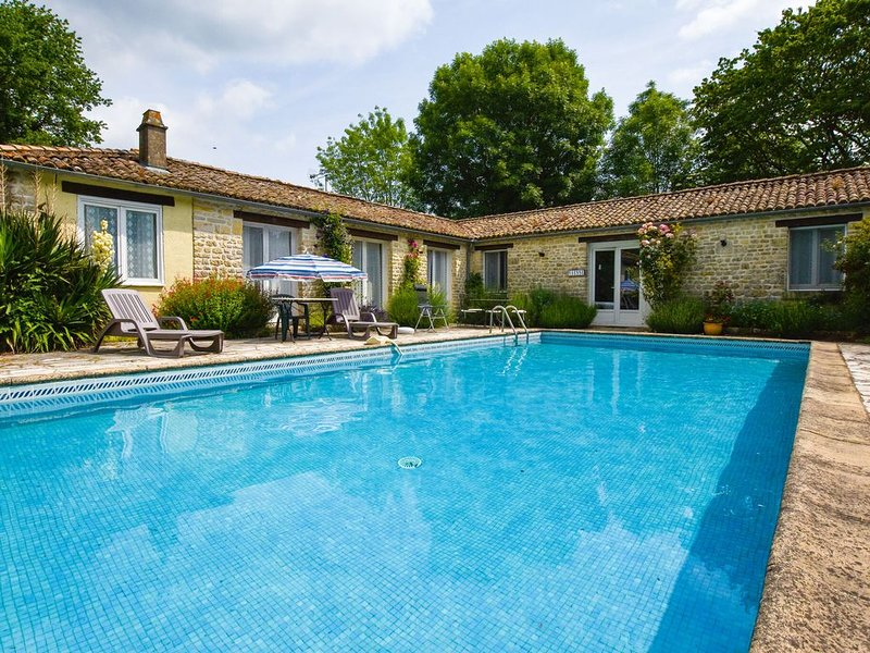 charming cottage with a swimming pool, vacation rental in Thorigne