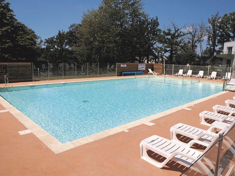 Appartement spacieux avec terrasse proche centre-ville | Accès piscine, holiday rental in Meucon