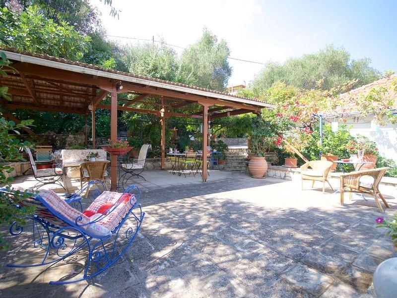 Marika's Cottage with nice garden and barbeque, aluguéis de temporada em Makriotika