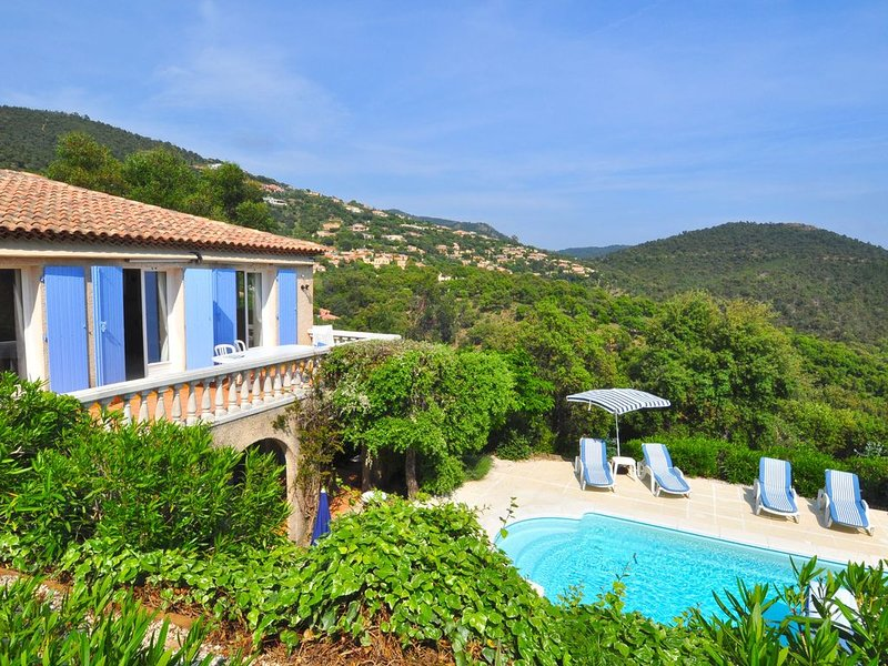 A tastefully furnished villa with private pool, 8 km from the Mediterranean Sea, vacation rental in La Londe Les Maures