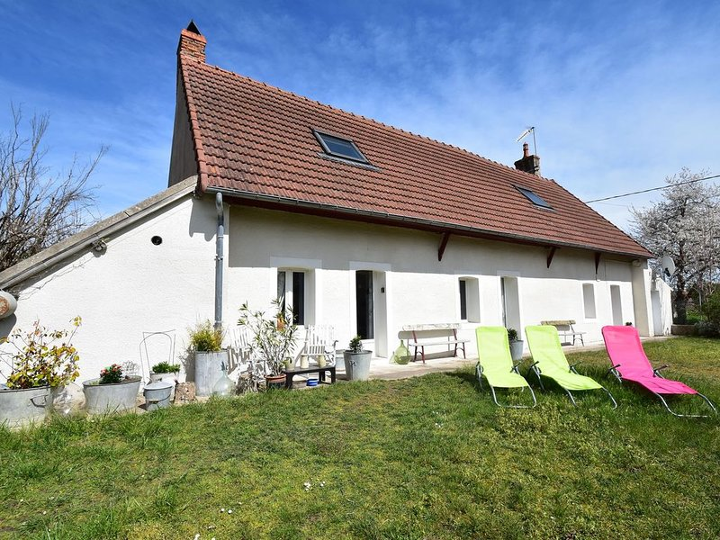 Holiday home in village on the Loire, near Decize, central location!, holiday rental in Verneuil
