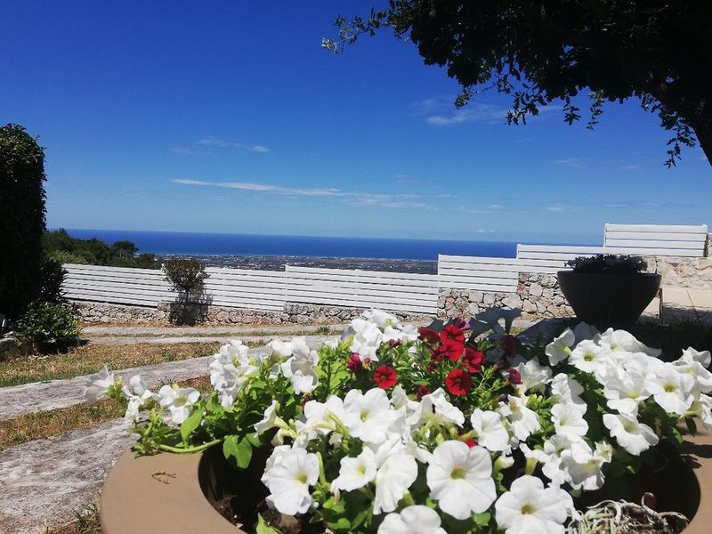 SOUTHERN APUGLIAN VILLETTA WITH BEST IDYLIC HILL TOP & PANORAMIC SEA VIEWS, holiday rental in Selva