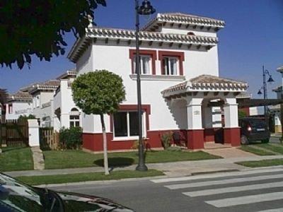 There bed villa with private garden based on tv 5 star Mar Menir Golf Resort, aluguéis de temporada em Torre-Pacheco