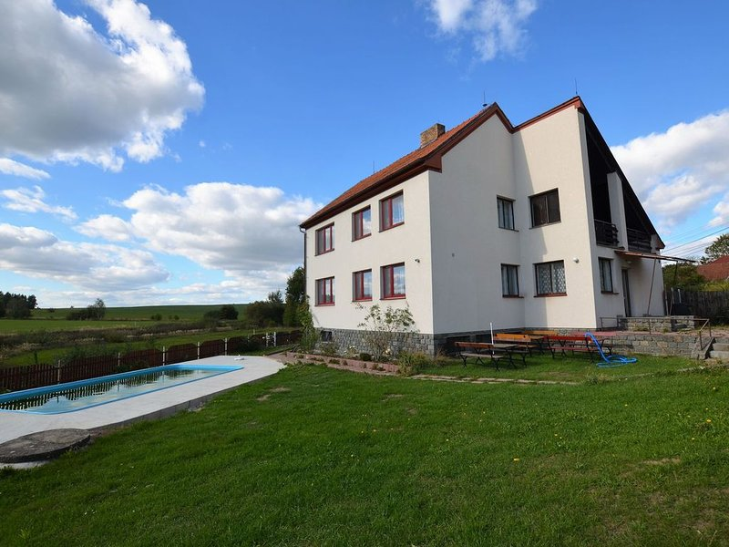 Spacious holiday home with 7 bedrooms and pool in South Bohemia, holiday rental in Tabor