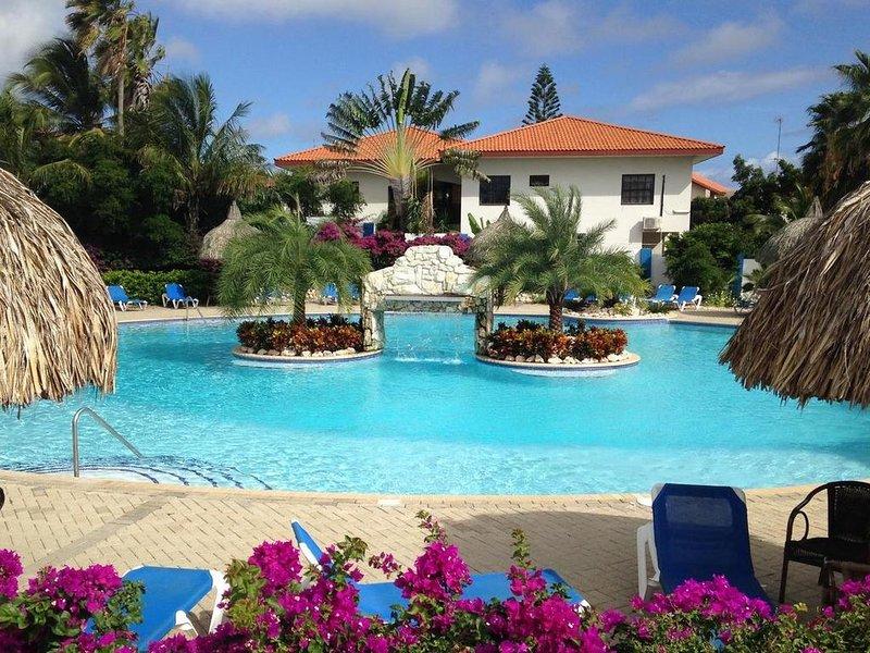 Appartement BonBininaCuracao Groot zwembad op bewaakt tropisch resort, location de vacances à Santa Catharina