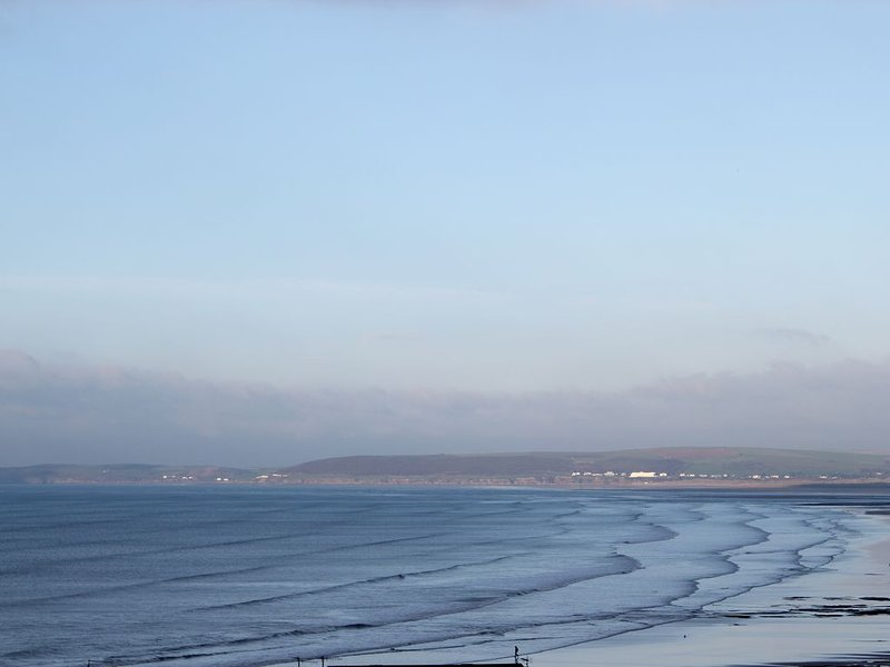 Flat With Sea Views overlooking Bideford Bay and 5 minutes walk to the Beach, location de vacances à Westward Ho