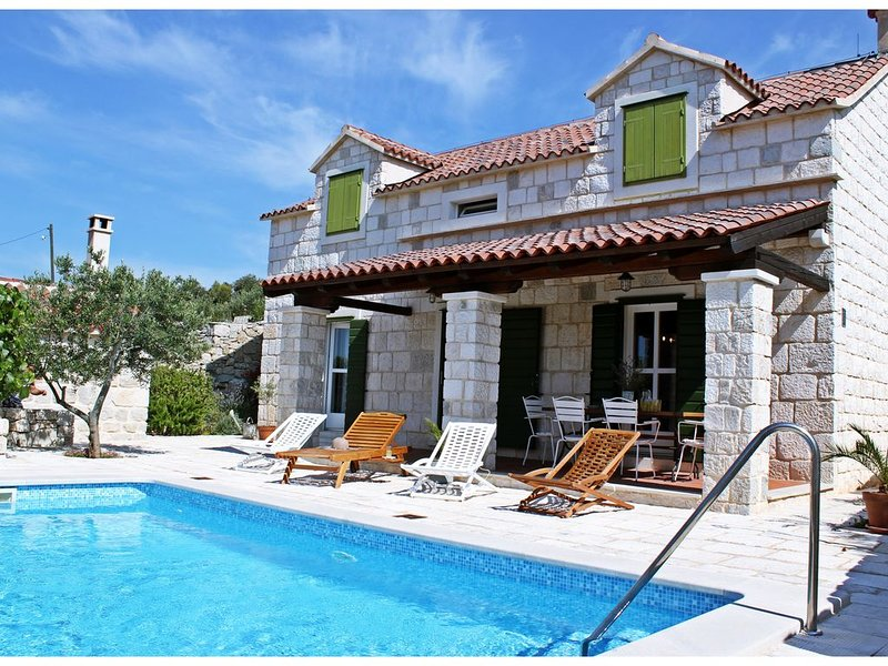 Beautiful 3 Bedroom Old Dalmatian Stone House With Private Pool, vacation rental in Vrsine