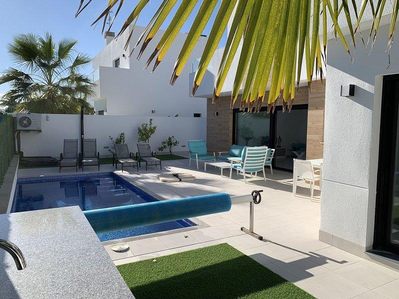 MODERNE NIEUWBOUWVILLA VOOR 6 PERSONEN MET VERWARMD PRIVE ZWEMBAD, alquiler de vacaciones en San Pedro del Pinatar