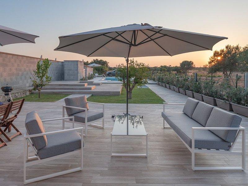 Splendida Villa con piscina a 150 metri dal mare, holiday rental in San Lorenzo