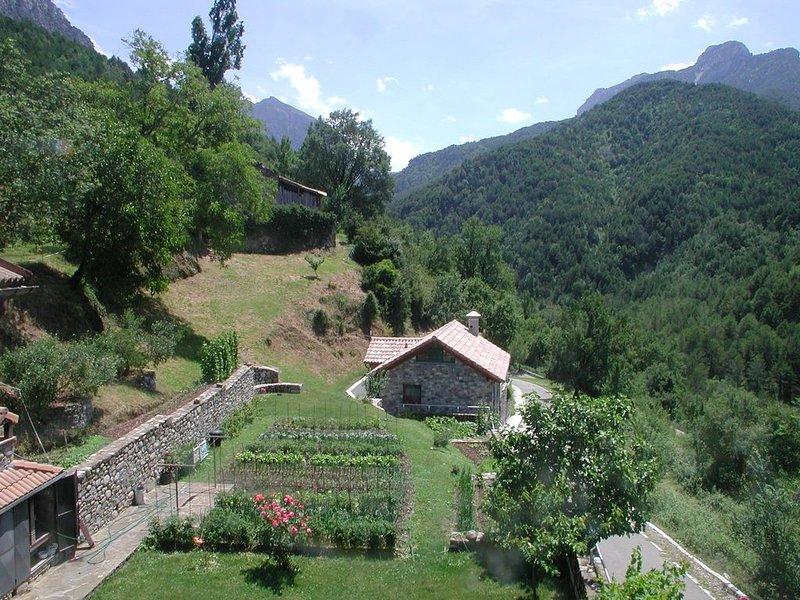 Casa rural en plena naturaleza con jardín privado , chimenea y wifi, holiday rental in Espierba