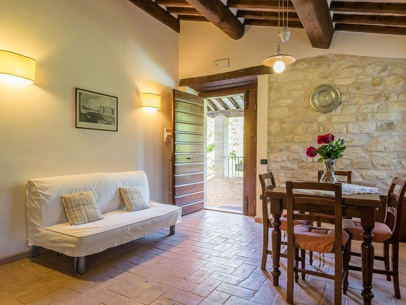 Stunning Farmhouse in Gubbio with Jacuzzi & Pool, holiday rental in Pietralunga