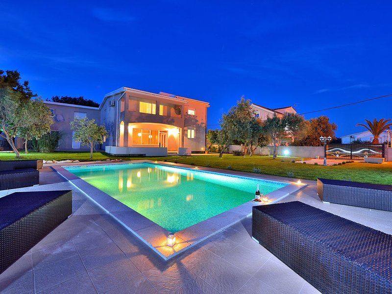 Magnificent villa Fresia, near the beach, 4 bedrooms, private pool, 5 bikes, holiday rental in Vir
