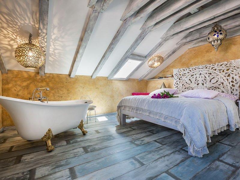 Nicely decorated Casablanca suite with terrace, Wifi, sauna and bikes ..., aluguéis de temporada em Veli Lošinj