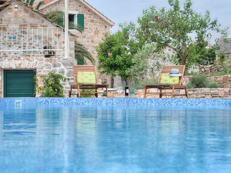 NEW renovated stone house-authentic spirit of Dalmatia+pool, 2 CARS incl!, alquiler de vacaciones en Stomorska