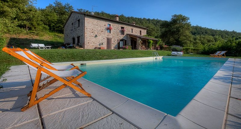 In esclusiva, Casale in pietra con piscina in ai margini di un  bosco, holiday rental in Collelungo