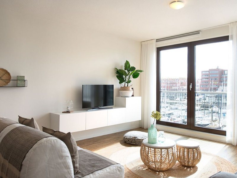 Modern and comfortable apartment with views over the marina, Ferienwohnung in Den Haag