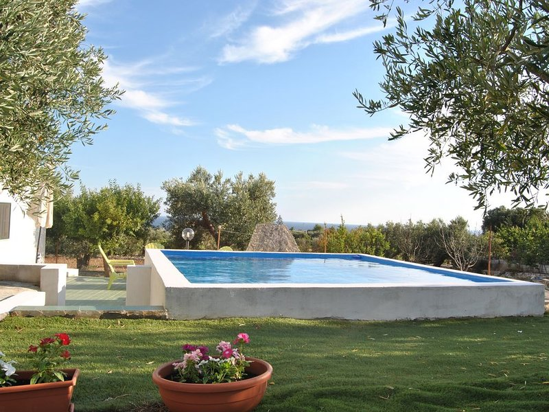 Villetta indipendente con piscina, 900 metri dal mare in zona panoramica, holiday rental in Torre Pali