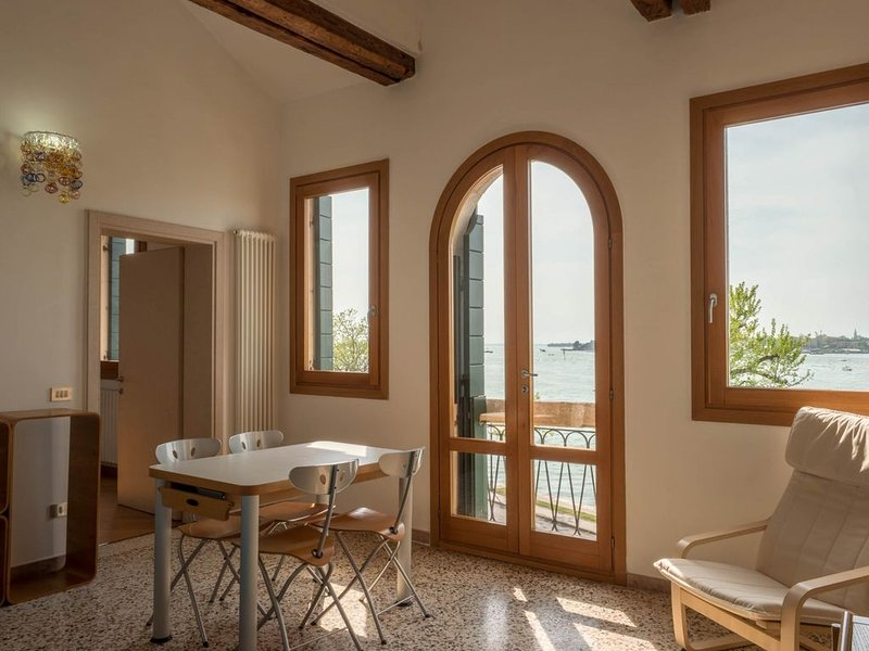 Ca' Nicoletto, appartamento al Lido con uno splendido affaccio in laguna, vacation rental in Lido di Venezia