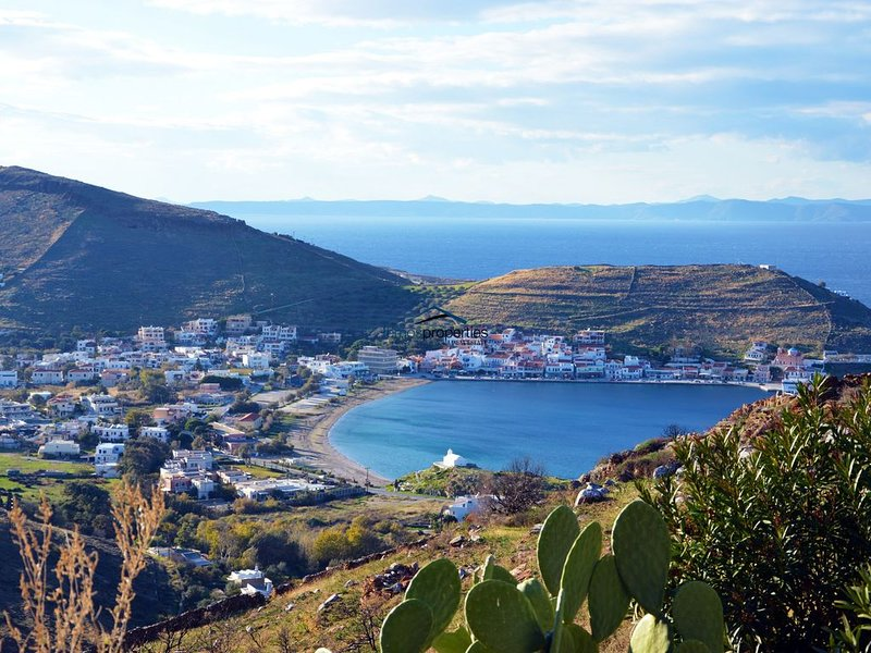 Cozy villa with a swimming pool overlooking the Port of Kea, holiday rental in Kea