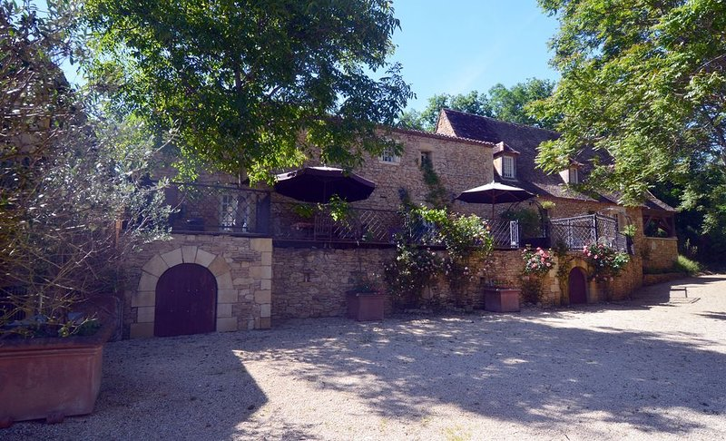 Luxury Manor House with amazing terrace & large luxurious shared pool 14.5m x 6m, casa vacanza a Sainte-Alvere