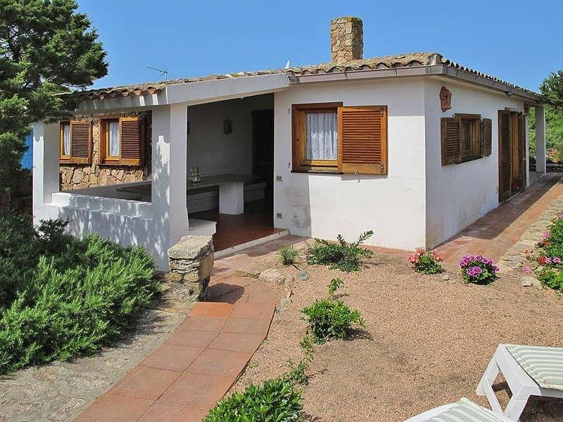 Sardegna Portobello villa con giardino a tre minuti a piedi dal mare, vacation rental in Portobello