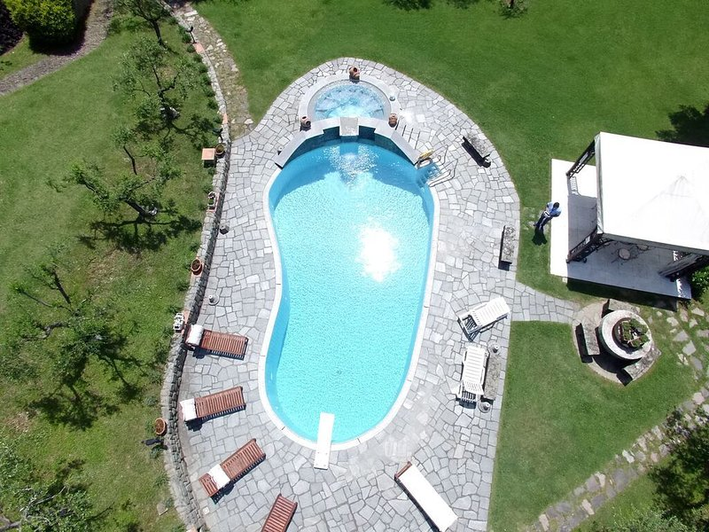 Modern Tuscan Villa, Large Garden,  Saline Pool, Beaches at 20 minutes, Wi-fi, location de vacances à Albiano Magra