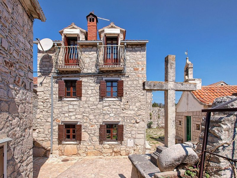 House With Character/ Perfect For Peaceful Holidays/Big Garden, holiday rental in Rudina